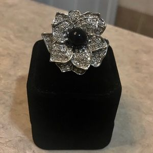 Beautiful White House Black Market Flower Ring 🖤